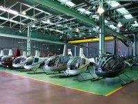 Helicopteros en el hangar