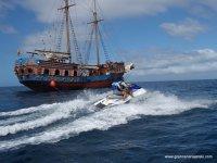 PAsando junto a un barco