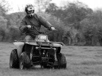 uomo alla guida di un quad
