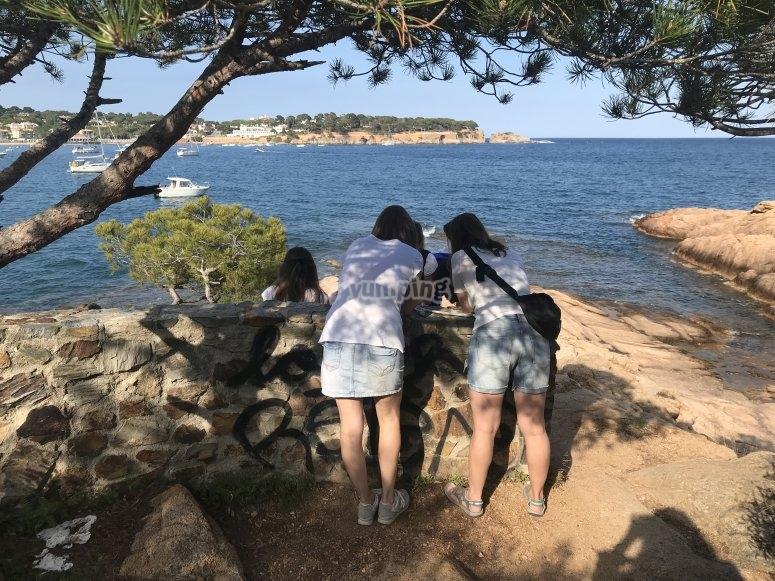 Familia buscando el tesoro