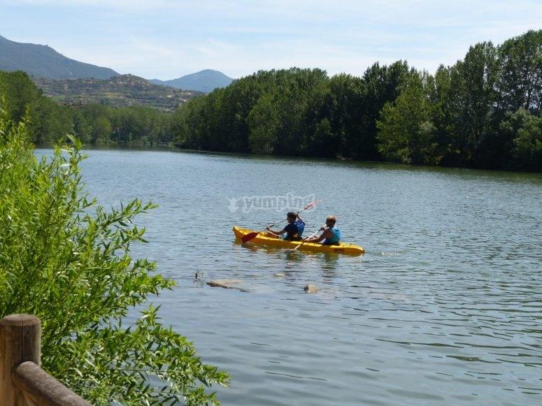 Remando en el kayak por el Ebro