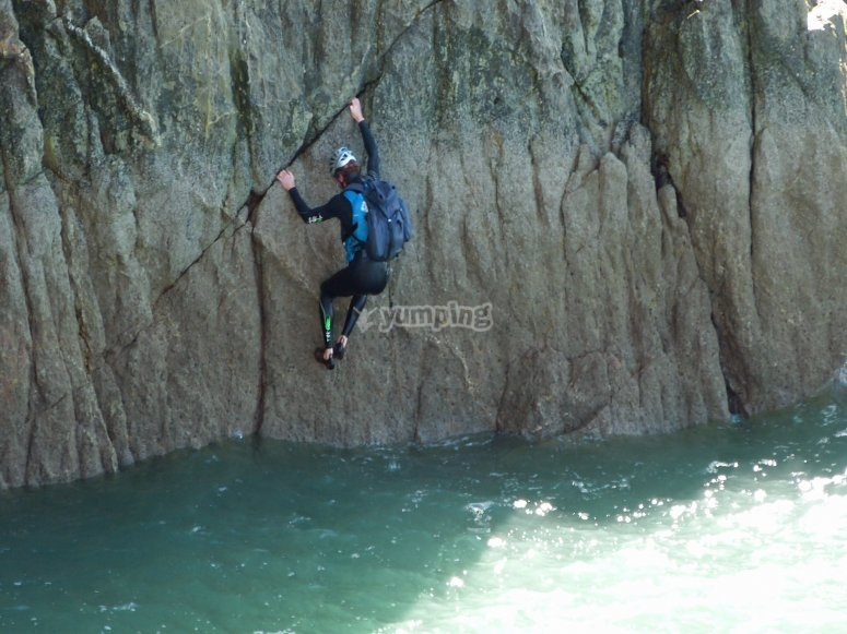 Coasteering in Armintza