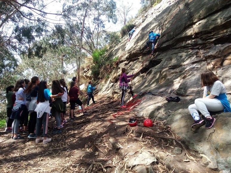 Gruppo di giovani nella loro prima classe di arrampicata
