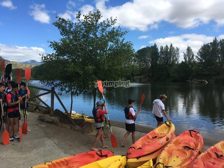 Jóvenes montando en kayak por primera vez