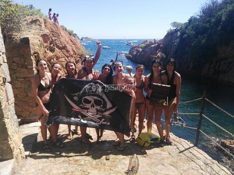 Tesoro y bandera pirata encontradas
