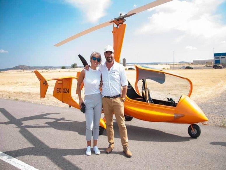 Posando delante del helicóptero