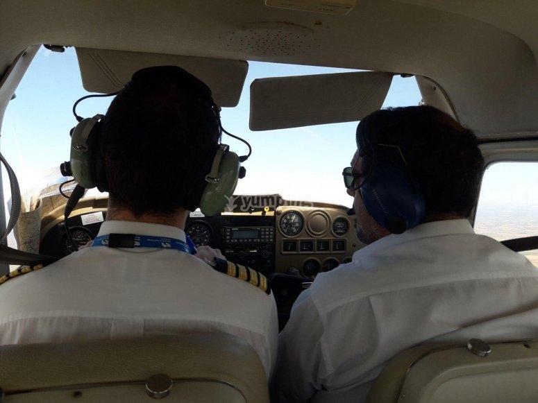 Piloto y copiloto en experiencia de vuelo