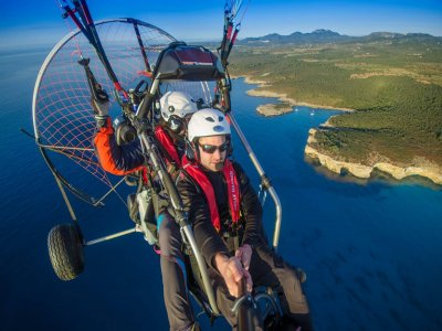 从Manocor乘坐双人滑翔伞飞行30分钟