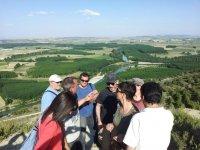 Grupo admirando las vistas