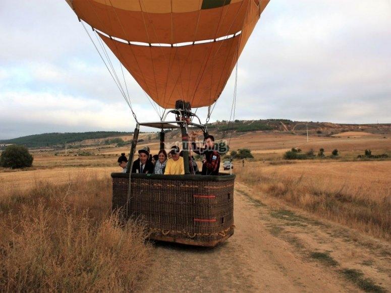 Aterrizando tras el vuelo en globo aerostático por Astorga