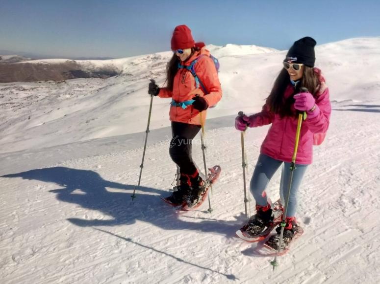Cogiendo práctica con las raquetas de nieve en Sierra Nevada