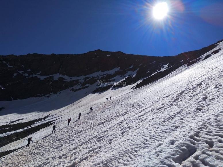 Ladera arriba hacia el Veleta en raquetas de nieve