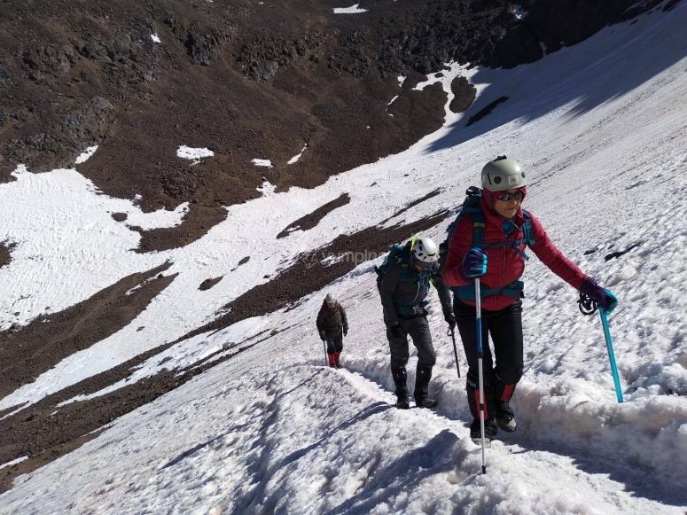 Realizando una ruta con camprones hacia el Mulhacén