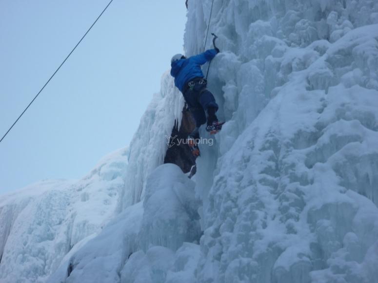Práctica de escalada sobre hielo
