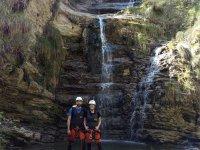 在瀑布脚下做峡谷