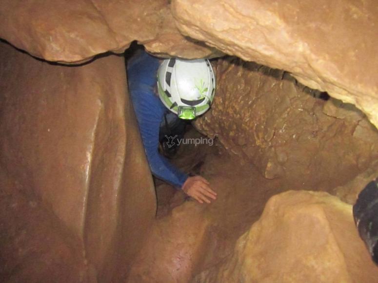 Paso estrecho entre rocas de yeso