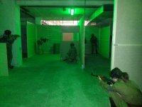 en un campo de airsoft con luces verdes
