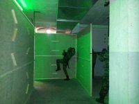 jugando al airsoft en un campo con luces verdes