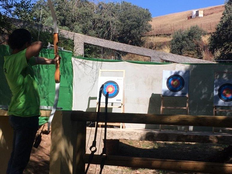 弓箭手准备发射箭的挑战