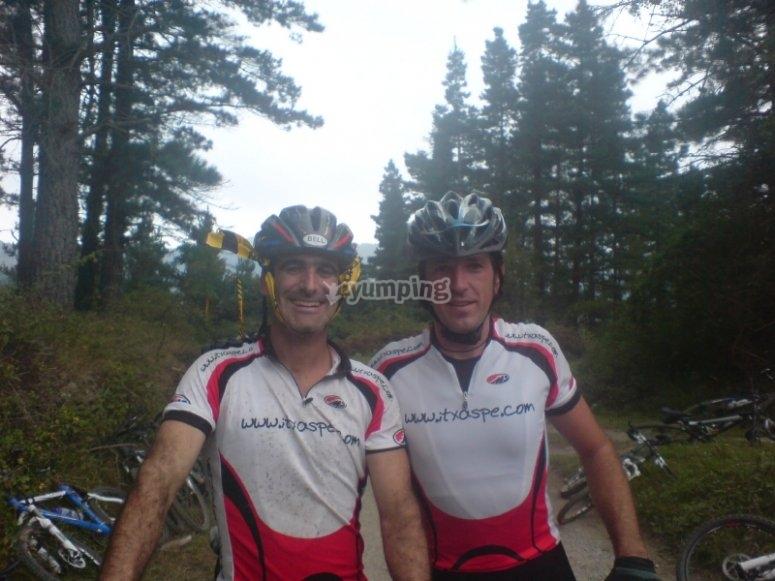 周围的山地车上骑行-我们的自行车队
