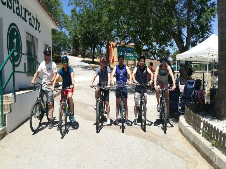 和朋友一起骑自行车穿越El Ronquillo
