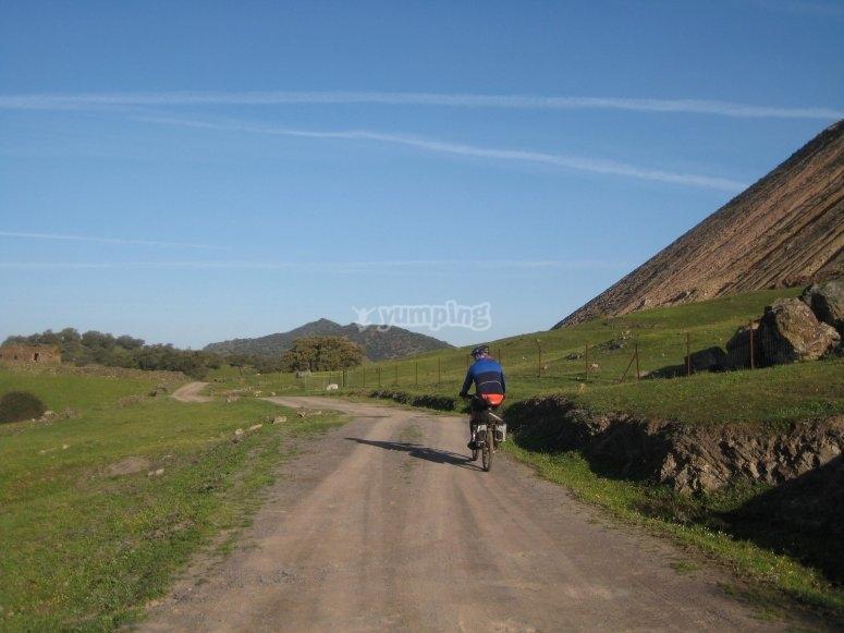 Senderos entre dehesas y alcornoques en bici