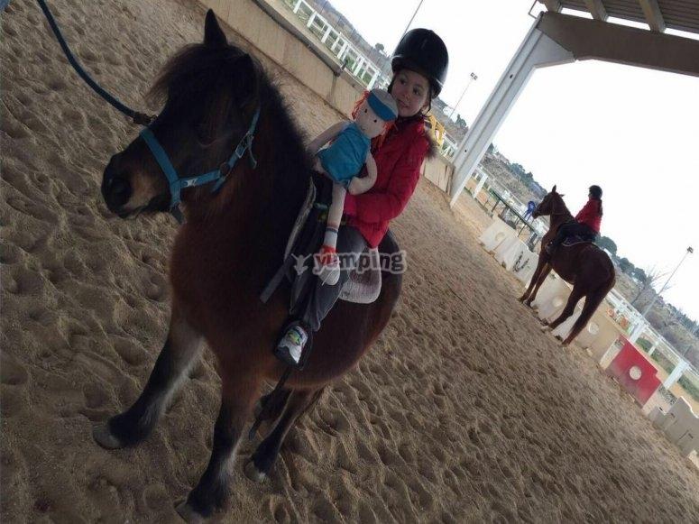 Pequeña montando en pony en Burgo de Ebro