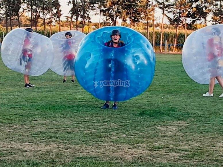 Partido de fútbol burbuja en el exterior
