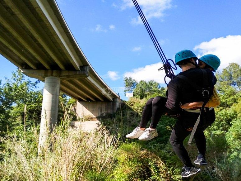 Jump as a couple from Sant Sadurní d´Anoia bridge
