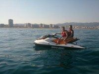 Pareja en moto nautica en el Mediterraneo catalan