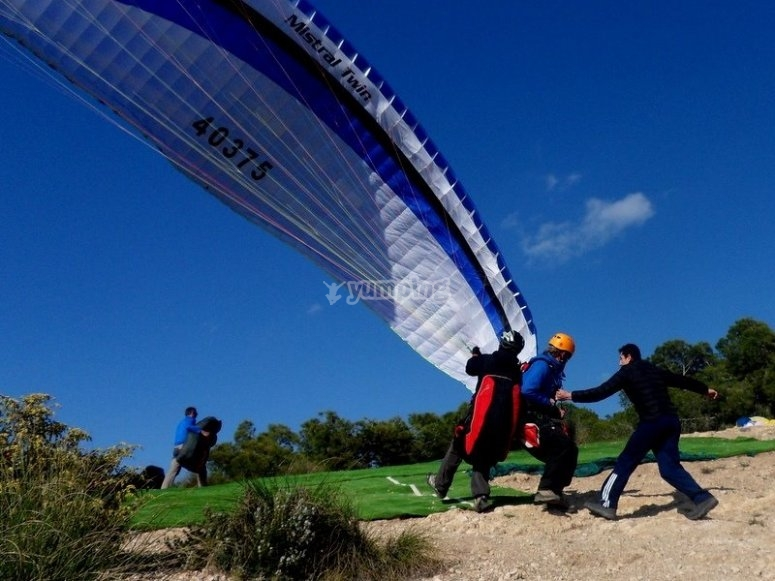 Landing with the paraglider in Alhama de Murcia