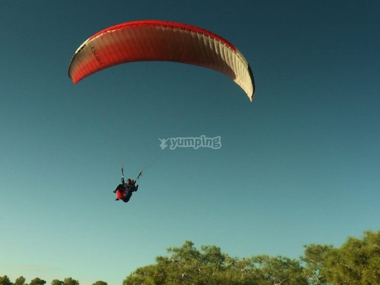 Making a tandem paragliding flight
