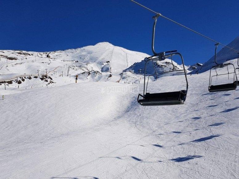 在内华达山脉的斜坡上滑雪