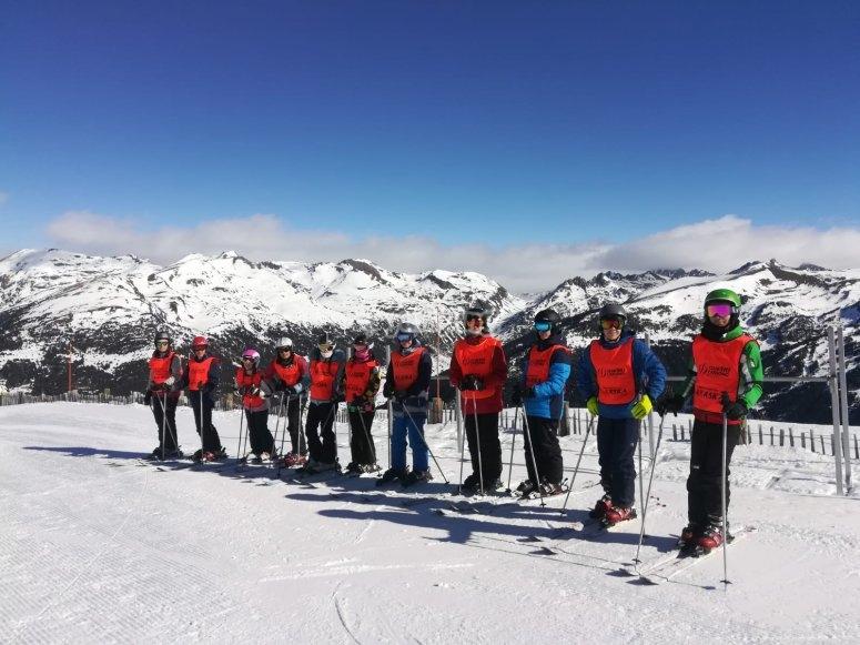 Grupos de esquí de 8 a 10 alumnos