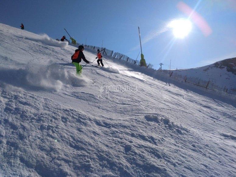 Descendiendo pista de esquí