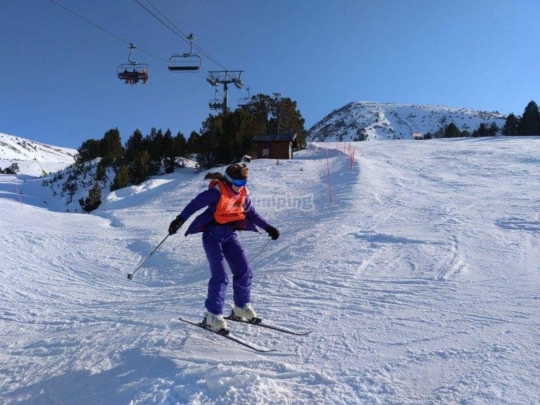 Niña en salto con esquís en Valdesquí