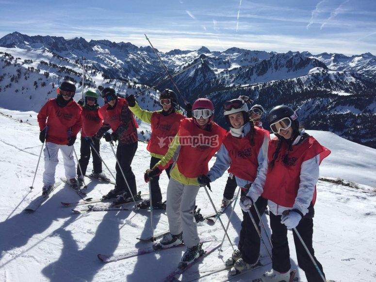 Practicando esquí en grupo