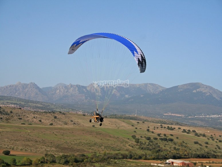 Flying in a paratrike through the mountains of Madrid