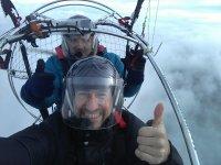 Volo in paramotore attraverso le nuvole