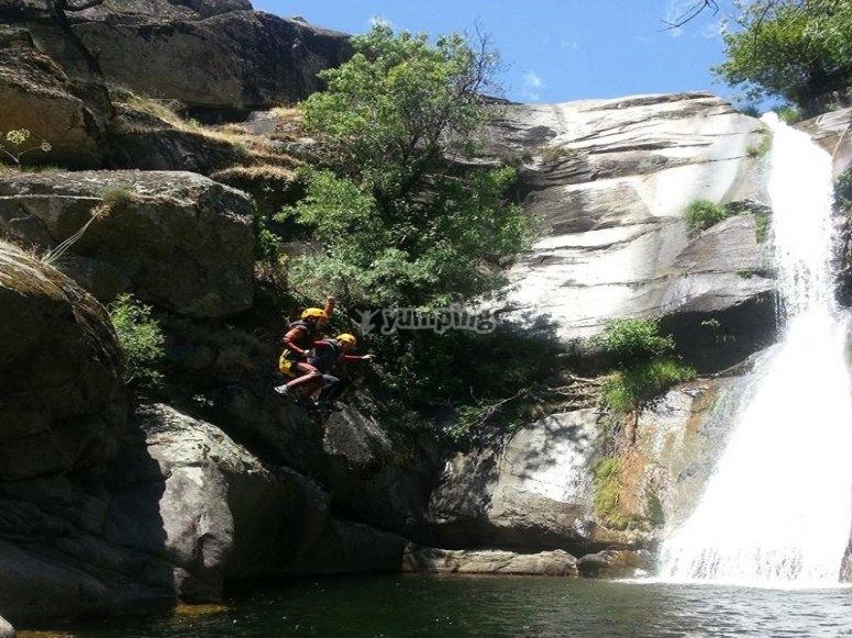 Salto de agua durante el barranco