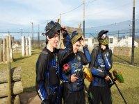 tre ragazzi che si tolgono il casco