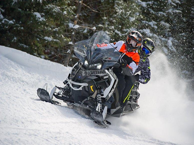 与副驾驶员一起进行雪地摩托之旅