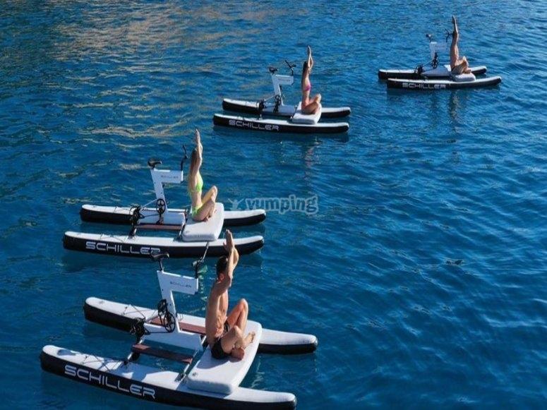 Practicando yoga en alta mar