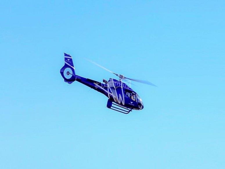 直升飞机在首都上空飞行