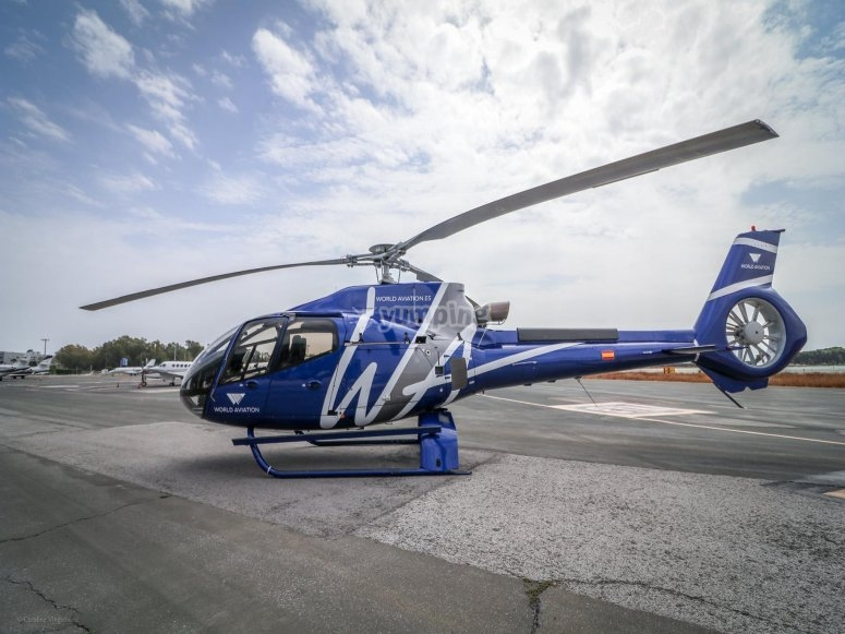 直升机在卡托罗斯卡米诺斯机场准备