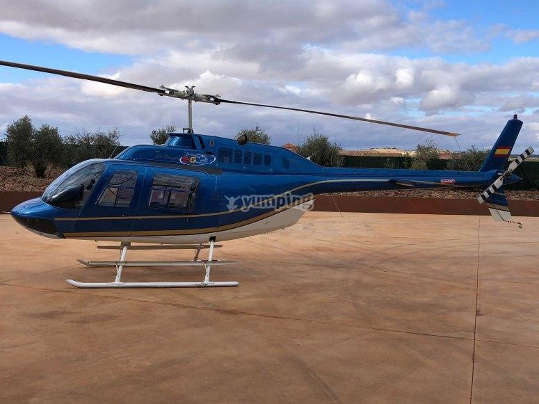 直升飞机穿越马德里市和标志性古迹