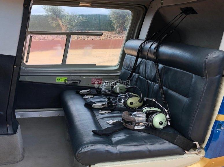 Interior del helicóptero Bell 206