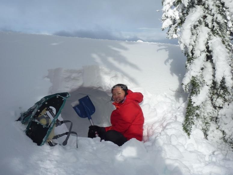 Pasa la noche en una cueva de nieve
