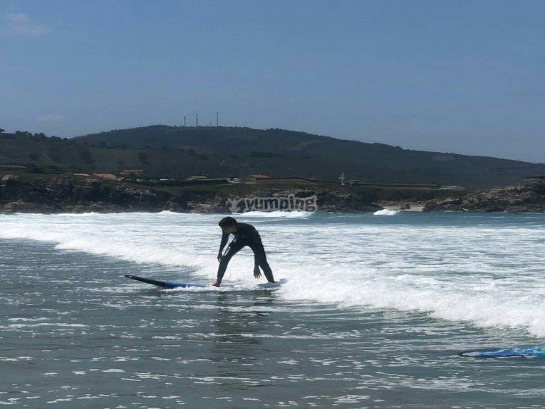 Pack de 4 clases de surf en playa de Sabón