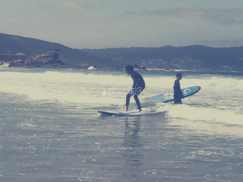 Clase de surf en playa de Sabón